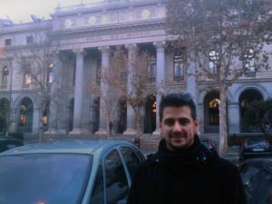Este soy yo, frente a la Bolsa de Madrid